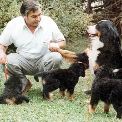 Loni junto a sus cachorros